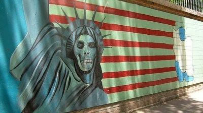la-proxima-guerra-washington-empuja-al-mundo-a-una-guerra-fatal-estatua-libertad-cara-muerte-bandera-eeuu