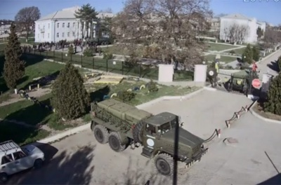la-proxima-guerra-fuerzas-rusas-esperan-fuera-de-base-de-belbek-crimea-ucrania